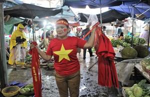 Người dân xứ Quảng rực rỡ màu cờ cổ vũ cho đội tuyển Việt Nam