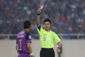 Nguyên Mạnh nhận thẻ đỏ do trả đũa đối thủ