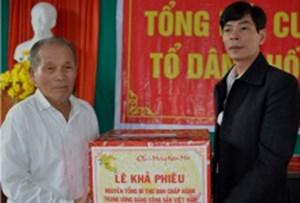 Nguyên Tổng Bí thư Lê Khả Phiêu tặng quà Tết cho bà con Làng Rồng