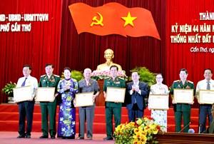Nguyên Trưởng ban Tổ chức TW Lê Phước Thọ nhận Huy hiệu 70 năm tuổi Đảng