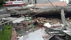 Nhà 5 tầng đổ sập lúc nửa đêm, vùi lấp 6 người trong một gia đình