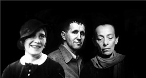 Nhà soạn kịch người Đức Bertolt Brecht: Một mình với hai phụ nữ