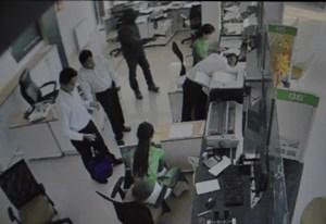 Nhân viên ngân hàng kể lại giây phút bị tên cướp rút súng khống chế