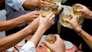 Những thói quen ăn uống gây hại sức khỏe trong ngày Tết