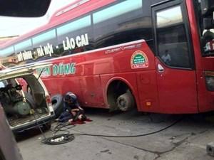 Nổ lốp xe khách, một thanh niên bị thương nặng