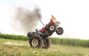 Nông dân gây sốt với màn bốc đầu máy kéo, xoay 20 vòng