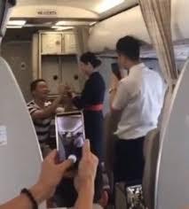Nữ tiếp viên hàng không mất việc vì màn cầu hôn trên máy bay