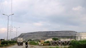 'Núi' chất thải độc hại đe dọa người dân Hải Phòng