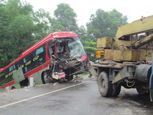 Ô tô đối đầu kinh hoàng với xe tải chở nông sản