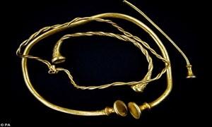 Phát hiện bộ trang sức vàng lâu đời nhất ở Anh