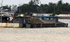 Phạt nhiều sà lan vi phạm trên sông Hậu