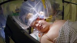 Phẫu thuật u não, binh sĩ tỉnh như sáo nói chuyện với bác sĩ