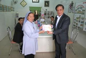 Phó Chủ tịch Lê Bá Trình tặng quà người nghèo Thừa Thiên Huế