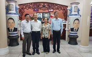Phó Chủ tịch Nguyễn Hữu Dũng dâng hương các vị nguyên lãnh đạo Đảng, Nhà nước, MTTQ Việt Nam