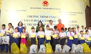 Phó Chủ tịch nước Đặng Thị Ngọc Thịnh tặng quà Trung thu cho trẻ em khó khăn tại Quảng Trị
