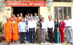 Phó Chủ tịch - Tổng Thư ký Hầu A Lềnh chúc Tết Chol Chnăm Thmây tại Hậu Giang