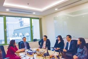 Phó Chủ tịch - Tổng Thư ký Hầu A Lềnh chúc Tết Công ty liên doanh Hongkong Land