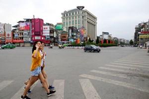 Phố phường Hà Nội vắng vẻ khác thường trong ngày nghỉ lễ