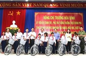 Phó Thủ tướng Thường trực tặng xe đạp cho học sinh biên giới nghèo hiếu học