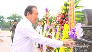 Phó Thủ tướng Thường trực Chính phủ Trương Hòa Bình dâng hương Tượng đài Mẹ Việt Nam anh hùng