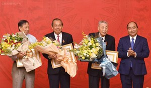 Phó Thủ tướng Thường trực Trương Hòa Bình nhận Huy hiệu 45 năm tuổi Đảng