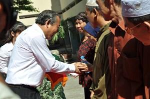 Phó Thủ tướng Trương Hòa Bình tặng quà đồng bào Chăm ở TP HCM