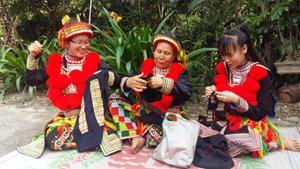 Phụ nữ Dao đỏ gìn giữ trang phục truyền thống