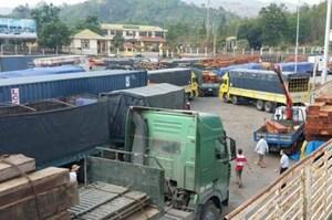 Phương tiện qua Cửa khẩu quốc tế Lao Bảo tăng đột biến
