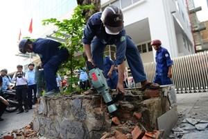 Quận 1 đập bỏ bồn cây gần tòa nhà Bộ Công Thương