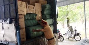 Bắt một xe tải biển số Lào chở hàng không rõ nguồn gốc