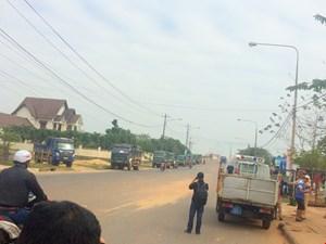 Quảng Nam: Dân bức xúc chặn xe đổ đất đá gây ngập nước