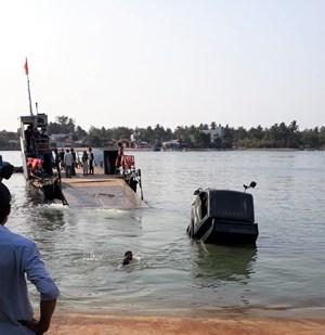 Quảng Nam: Đang chờ phà, xe tải bất ngờ lao xuống sông