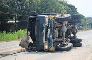 Quảng Nam: Xe tải tông vào dải phân cách, tài xế bị thương nặng