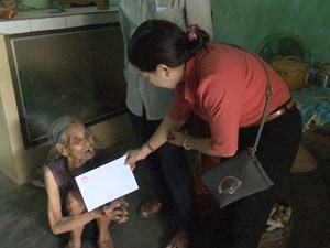 Quảng Ngãi: Mặt trận huyện Sơn Tịnh tặng quà cho người nghèo
