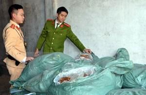 Quảng Ninh: Phát hiện xe chở 1,3 tấn thực phẩm không rõ nguồn gốc