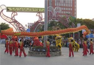 Rộn ràng lễ hội diễu hành đường phố Đồng Hới