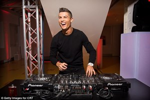Ronaldo trổ tài DJ trong ngày ra mắt sản phẩm nước hoa