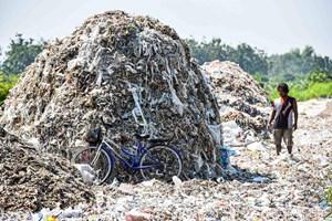 Ngôi làng sống nhờ... rác thải