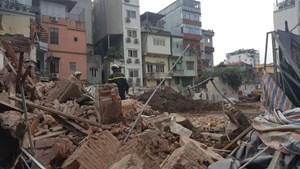 Sập ngôi nhà gần hồ Hoàn Kiếm, hàng trăm người hoảng loạn
