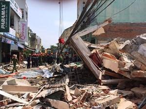 Sập nhà giữa phố, 3 người thương vong, nhiều người đang bị vùi lấp