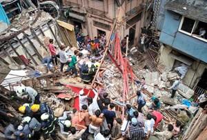 Ấn Độ: Sập nhà, 50 người mắc kẹt