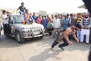 'Siêu nhân' kéo xe tải, nâng người bằng răng