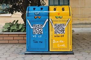 Sinh viên trường Nhân văn 'thay áo mới' cho thùng rác
