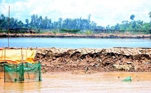 Sợ sông 'nuốt' nhà, dân vây xà lan khai thác cát