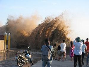 Sóng đánh vỡ toác kè đê biển, hàng trăm nhà dân bị đe dọa