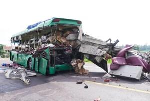 Tai nạn giữa 2 ô tô đi ngược chiều: Ít nhất 5 người tử vong