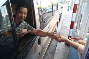 Tài xế tiếp tục trả tiền lẻ khi qua trạm thu phí Cai Lậy