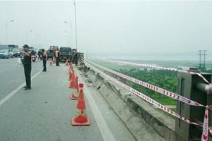 Tài xế xe tải nhập viện sau cú tông tung lan can cầu Vĩnh Tuy