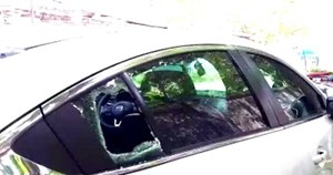 Tạm giữ hình sự hai đối tượng đập kính ôtô, trộm cắp tài sản