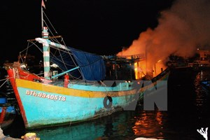 Tàu cá bất ngờ bốc cháy giữa đêm tại cảng Phan Thiết
